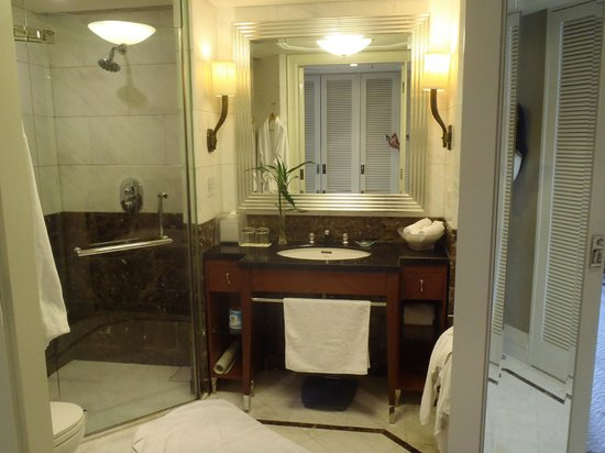 Jin Jiang Hotel: Vanity and shower