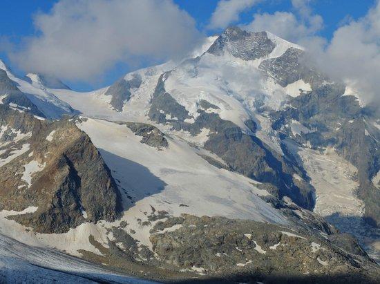 Piz Bernina : 神々しい主峰