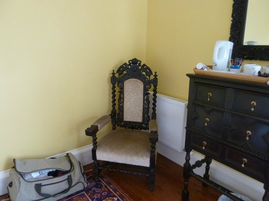 Carlyle House: Old furniture in room