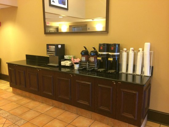 Comfort Suites O'Hare: Complimentary Coffee in lobby