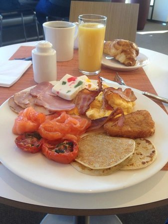 Novotel Vilnius: Кое-что из ассортимента на завтраке
