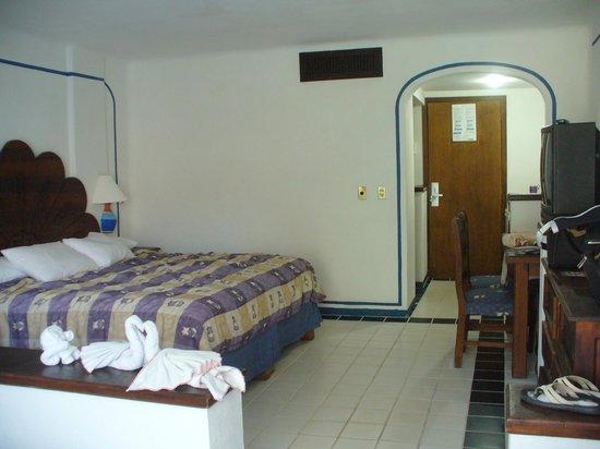 Los Arcos Suites: room.