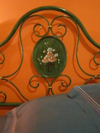 B&B Il Giardino dei Limoni: Particolare. Spalliera del letto in ferro battuto. Camera degli aranci.