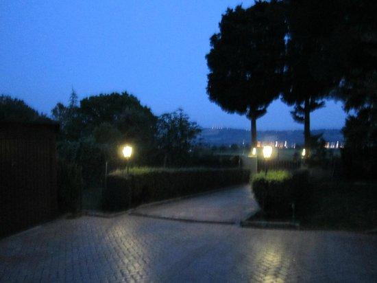 B&B Il Giardino dei Limoni: Ingresso. Atmosfera notturna.
