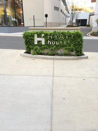 Hyatt House Falls Church : Sign by check in parking