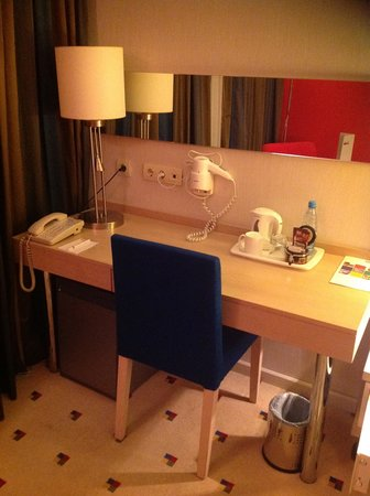 Park Inn by Radisson Azerbaijan Baku Hotel: ひと仕事できるデスクになります