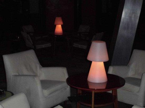 Patio del hotel San Roque al anochecer