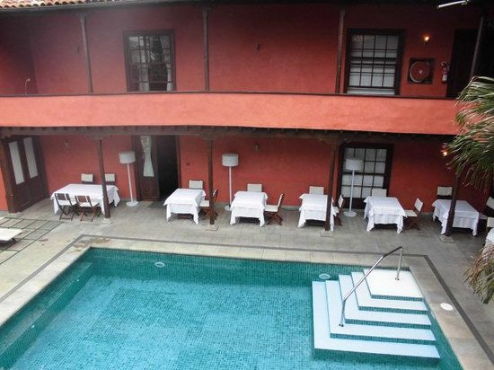 Hotel San Roque : Piscina y restaurante exterior