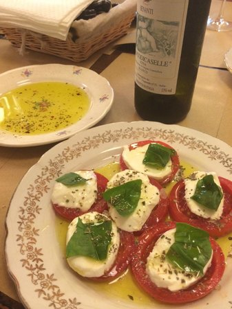 A Putia Delle Cose Buone : Local oil and a Caprese salad