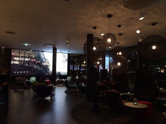 Motel One Wien Westbahnhof: le hall / bar