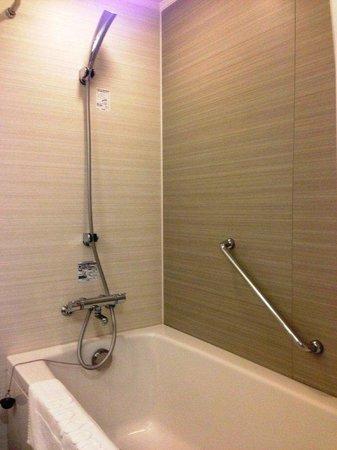 JR Kyushu Hotel Blossom Hakata Chuo: Bathroom's shower