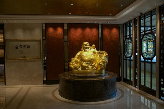 Shang Palace : Buddha statue in restaurant's foyer.