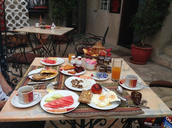 Orient Guest House: Typical breakfast in the courtyard
