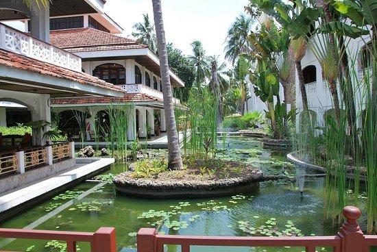 Sarova Whitesands Beach Resort & Spa: Территория отеля_мост около ресторана