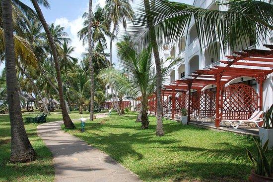 Sarova Whitesands Beach Resort & Spa: Территория отеля_дорожка вдоль пляжа