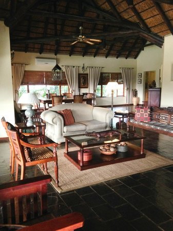 Khandizwe River Lodge: Living area