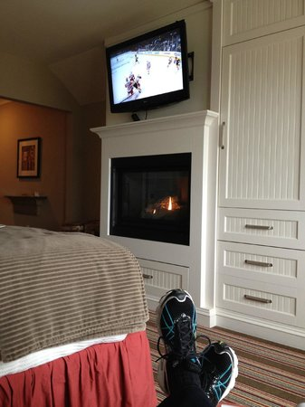 Inn by the Sea : Gas fireplace and large TV