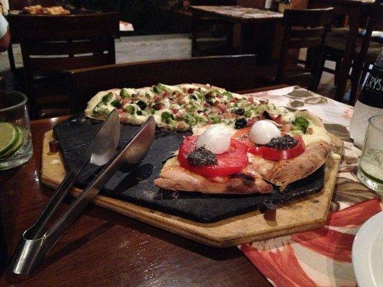 Pizza na Roca: Pizza meia brócolis caboclo com meia capresi
