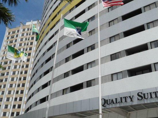 Quality Hotel & Suites Natal: Frente do Hotel, foto tirada da calçada.