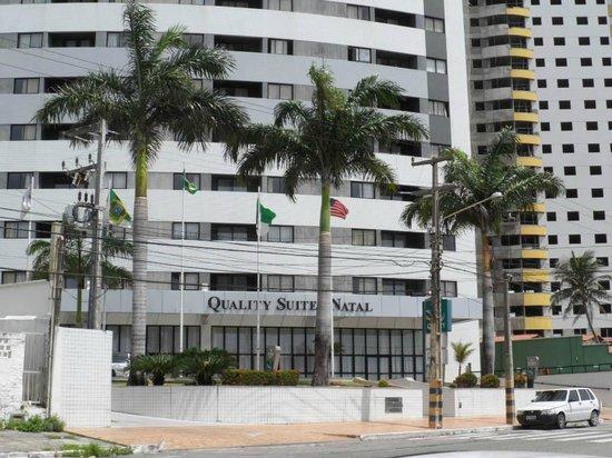 Quality Hotel & Suites Natal: Vista da calçada oposta.