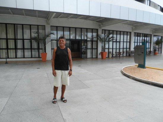 Quality Hotel & Suites Natal: Área do estacionamento e entrada principal.