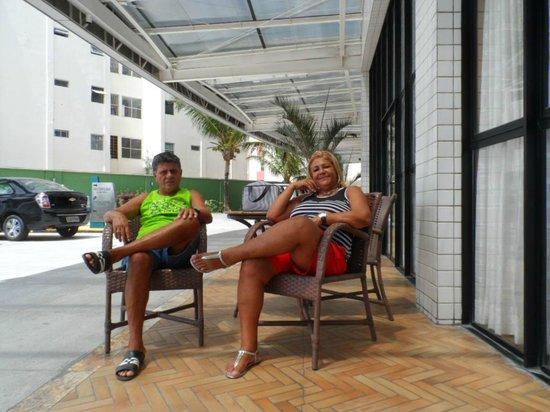 Quality Hotel & Suites Natal: àrea ao lado da piscina e frente do Hotel.