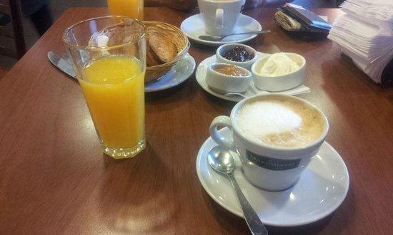 Dos Escudos Cafe: Café da manhã