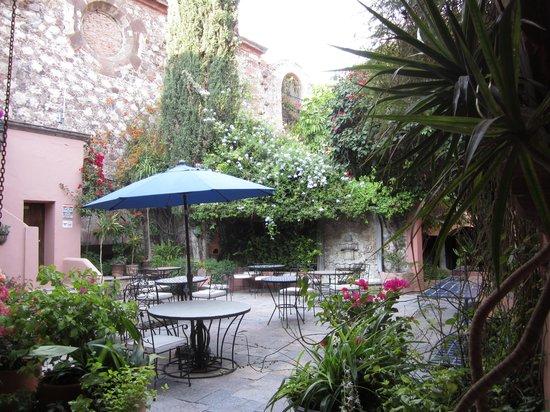 Casa Rosada Hotel: breakfast patio