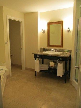 Wild Dunes Resort: Master bath with toilet room, shower and hottub
