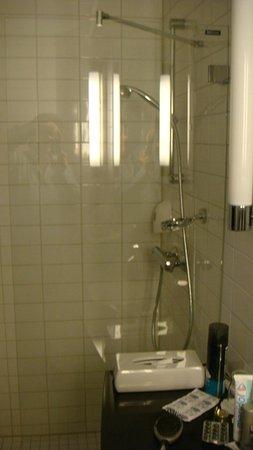 Park Inn by Radisson Oslo: La doccia camera 420