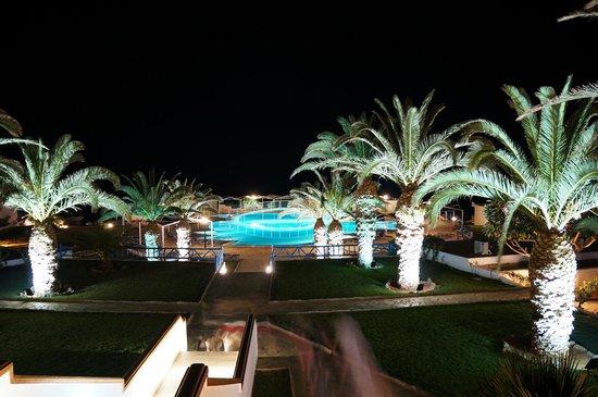 Mitsis Rinela Beach Resort & Spa : Вечерний вид от главного корпуса на бассейн