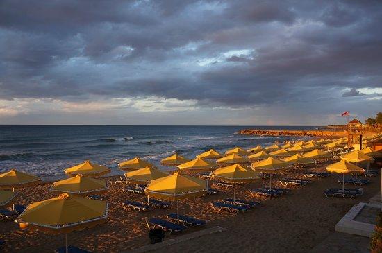 Mitsis Rinela Beach Resort & Spa : Закат на пляже