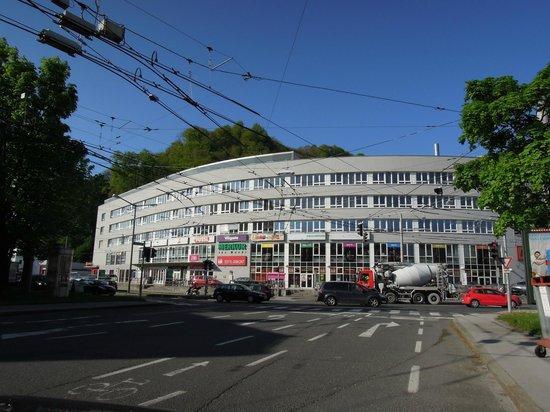 MEININGER Hotel Salzburg City Center: centro commerciale dove si trova l'hotel