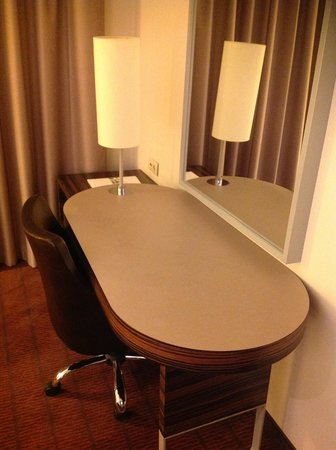 Holiday Inn Almaty : テーブルはゆったりしてます