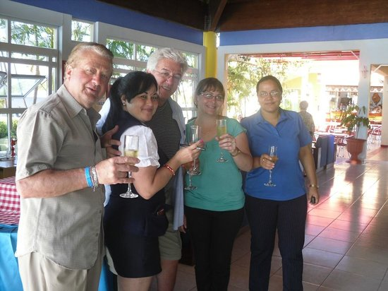 Hotel Brisas Covarrubias: Hotel staff and tourists