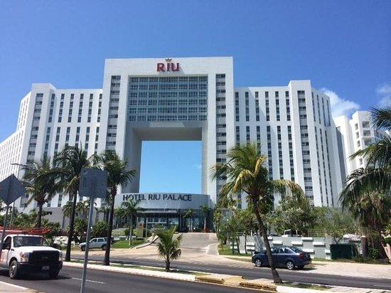 Hotel Riu Palace Peninsula: Hotel Front from Street