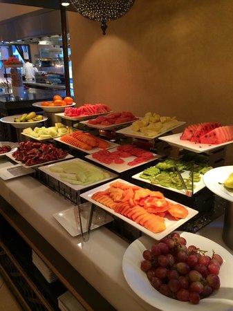 Movenpick Ibn Battuta Gate Hotel Dubai: The fruit at breakfast
