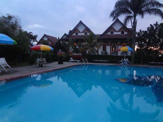 Royal Orchids Garden Hotel: Area Kolam renang