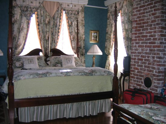Two Suns Inn Bed & Breakfast: Charleston Room (one of 2 beds)