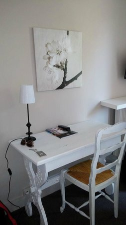 Hotel La Caravelle : Charming writing area in the room