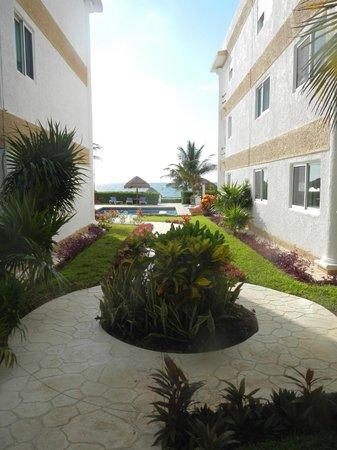 Casita Blanca Condos : Courtyard and pool