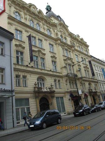 Hotel Century Old Town Prague - MGallery by Sofitel : frente do hotel, Av. Na Porici.