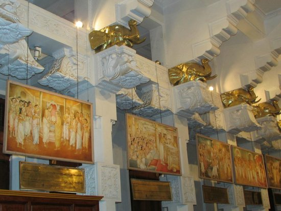 Temple de la Dent : Paintings depicting history of the Tooth