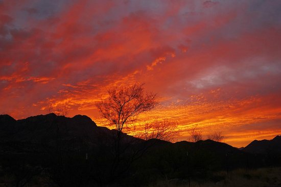 Rusty's RV Ranch: Wonder sunset over Chiricahua mountains to west