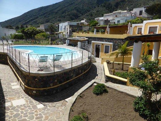 Hotel Arcangelo - Salina : Eingangsbereich über dem Pool
