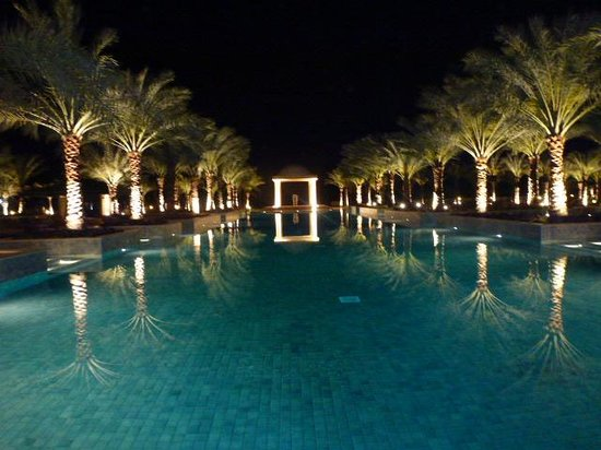 Hilton Ras Al Khaimah Resort & Spa : Poolanlage bei Nacht