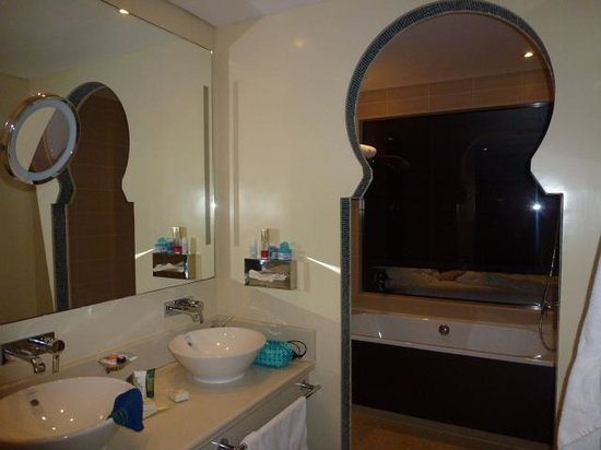 Hilton Ras Al Khaimah Resort & Spa : geräumiges Bad. Vom Bett aus kann man zur Badewanne schauen!