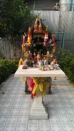 Dusit D2 Chiang Mai: Small shrine next to hotel