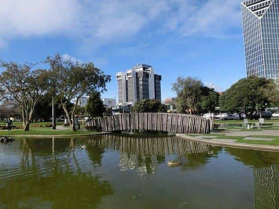 Palmerston North Clock Tower: 広々としたとてもきれいな広場で、市民の憩いの場所になっているようです。