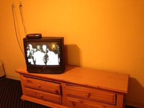 Americas Best Value Inn & Suites - Bush Int'l Airport Wes: TV with only 1 drawer that opened